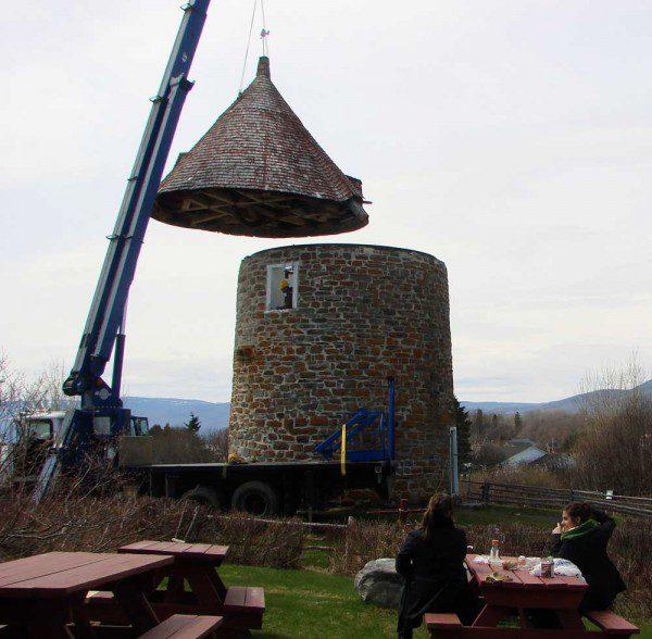 Moulins à vent de l'Isle-aux-Coudres - Enlèvement de la toiture du moulin a vent en chantier.
