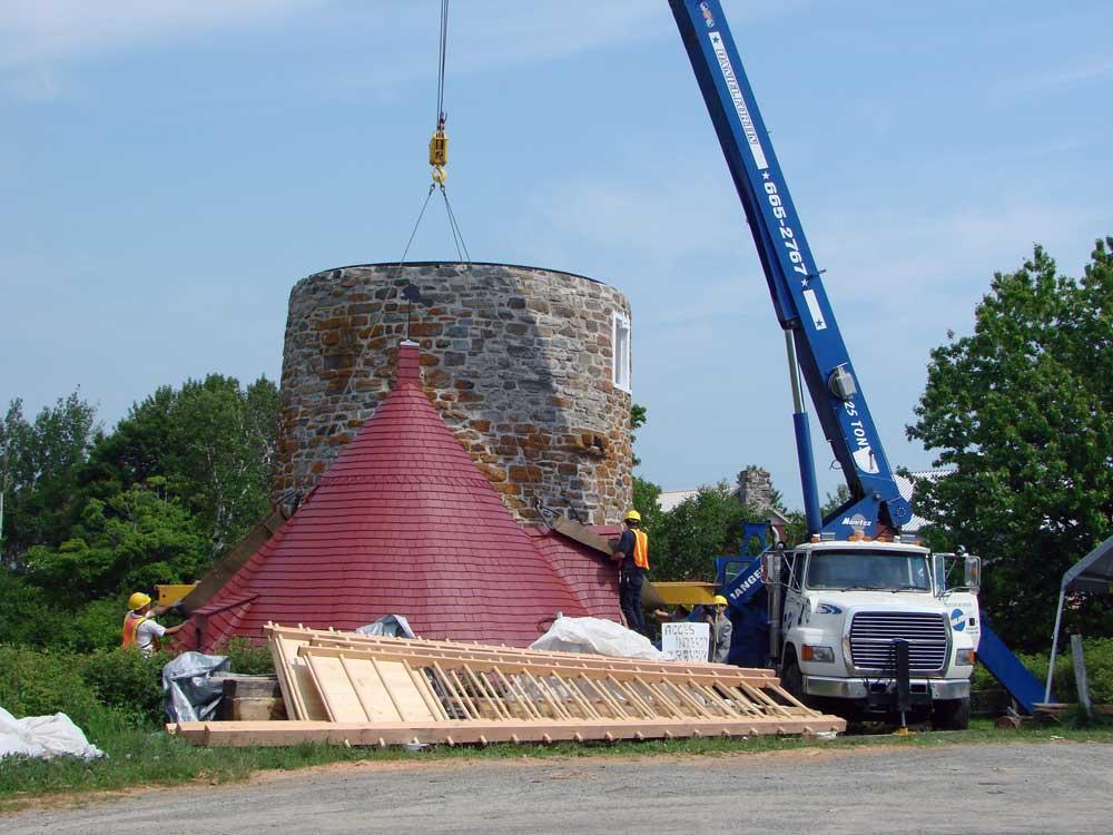 Moulins à vent de l'Isle-aux-Coudres - Enlèvement complet de la toiture.