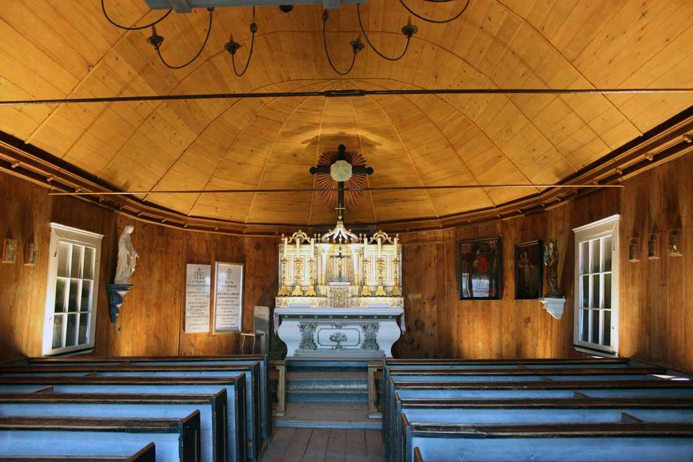 Chapelle Tadoussac - Mise en lumière de l'intérieur de la chapelle. L'autel à été restauré par le Centre de Conservation du Québec (CCQ).