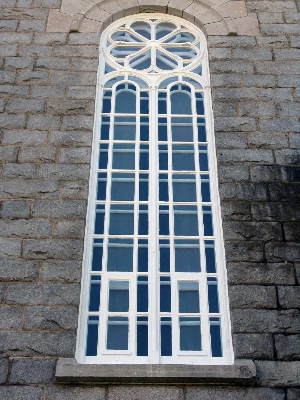 Église de Saint-Cyrile-de-Lessard - Fenêtre de la nef après restauration.