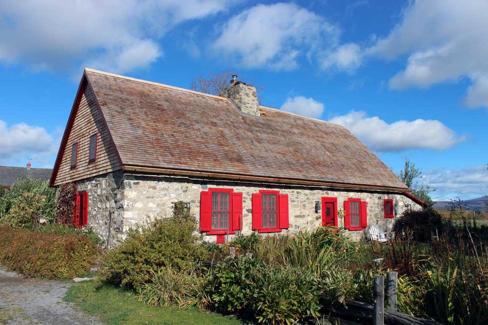 Maison imbault - Nouvelle toiture en bardeaux de cèdre et nouvelle gouttière de bois.