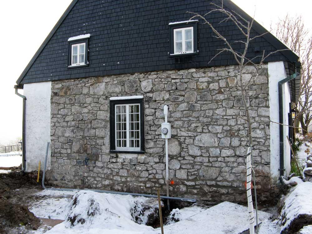 Maison Hébert dit Lecompte - L'enduit a été retiré du mur de maçonnerie